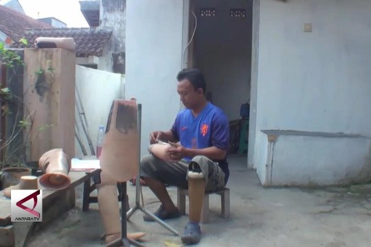 Penyandang disabilitas pembuat kaki palsu