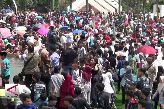 Ribuan warga Cianjur rayakan OTT Bupati Irvan