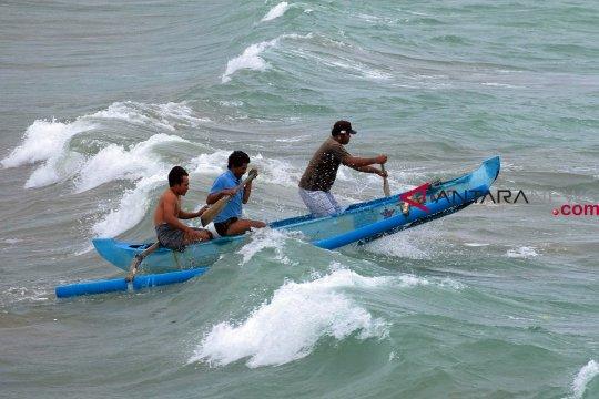 Nelayan dan wisatawan diminta waspadai gelombang tinggi