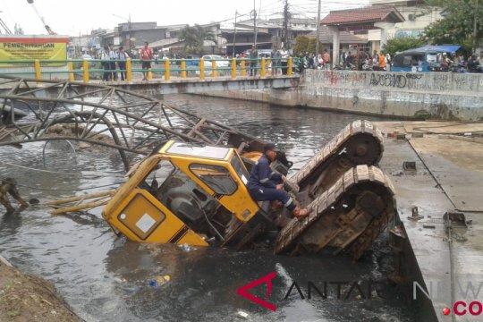 Tiga orang luka akibat crane terbalik di Kali Sentiong