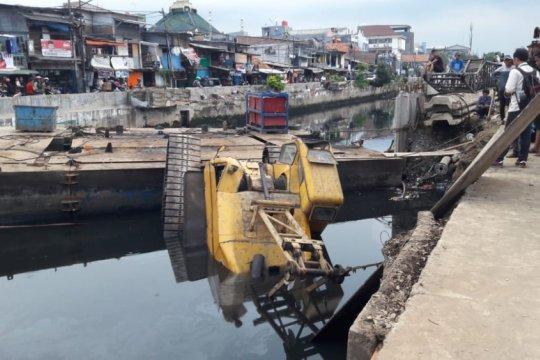 Polisi periksa operator crane terbalik di Kali Sentiong