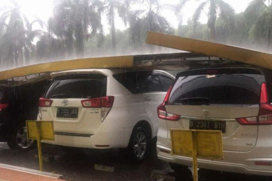 Empat mobil tertimpa kanopi ruko saat hujan disertai angin kencang