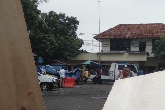 Mobil yang dirusak di Mapolsek Ciracas dievakuasi ke Pancoran