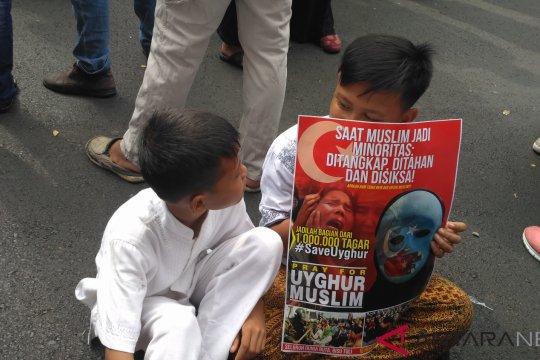 Bayi hingga anak-anak ikut aksi bela muslim Uighur