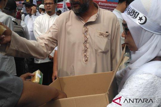 Komunitas bagikan konsumsi saat aksi bela Uighur