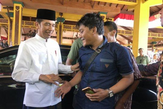"""Jokowi merasakan dukungan masyarakat Madura dari """"setruman"""" saat salaman"""