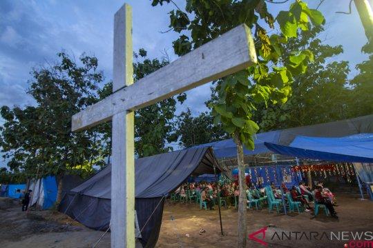 Umat Kristiani ibadah Natal di tenda darurat