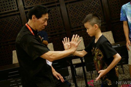 Grandmaster Samuel Kwok unjuk trik dasar bela diri Wing Chun