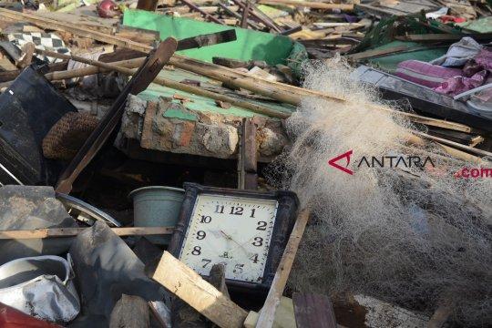 Alat berat bersihkan sisa-sisa puing bangunan di Lampung