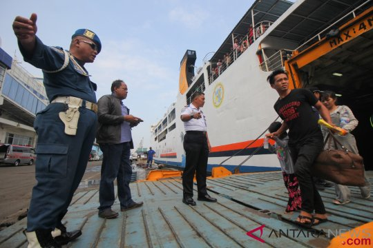 Bangkai kapal Gerbang Samudra masih berasap