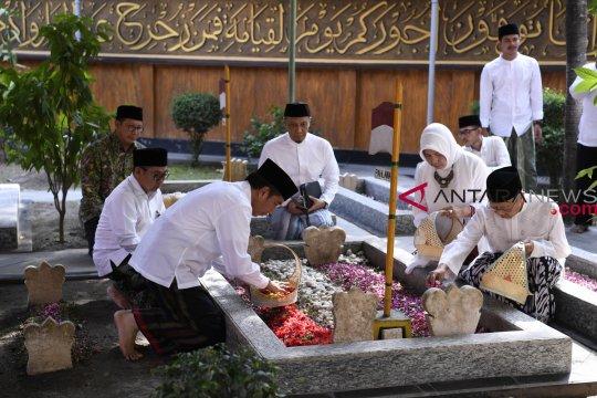 Puluhan warga lintas agama ziarah ke makam Gus Dur
