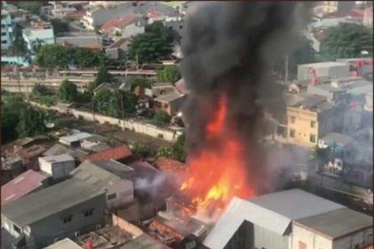 163 petugas damkar padamkan kebakaran di Tomang Utara