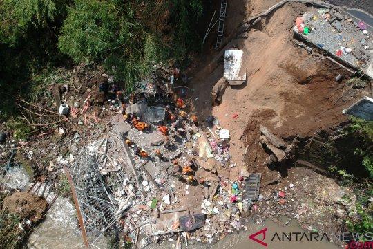 SAR Denpasar evakuasi korban longsor Batubulan