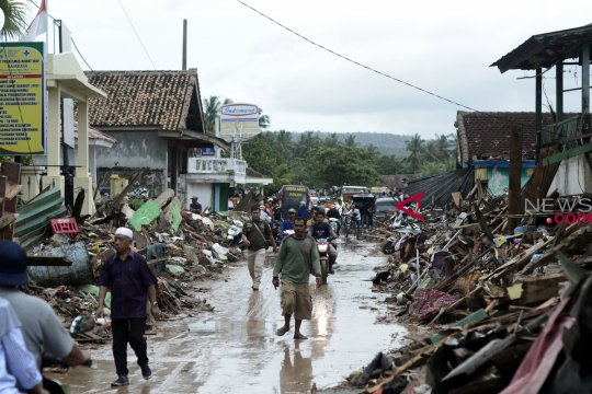 Puluhan jenazah korban tsunami dimakamkan di pemakaman umum