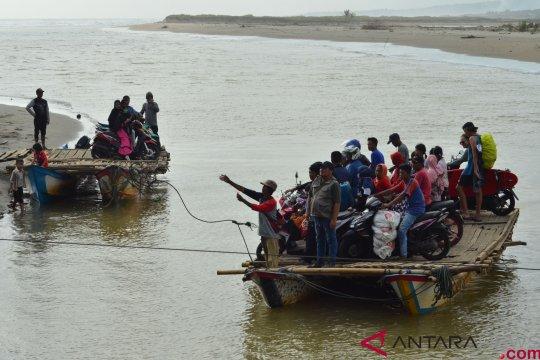 Menyeberangi Sungai Muara Cipatujah