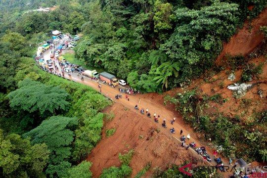 Longsor Jalur Padang - Jambi