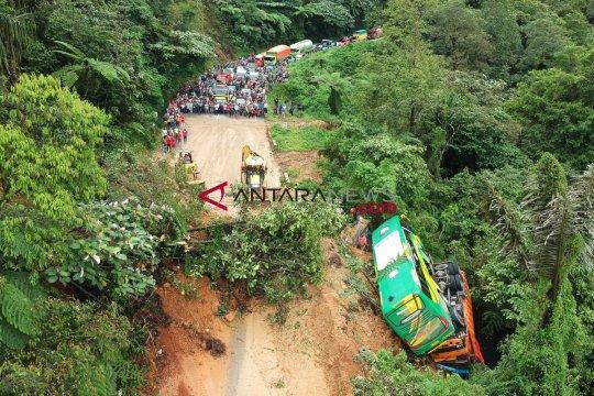 Tiga mobil terseret longsor di Sitinjau Lauik, Padang