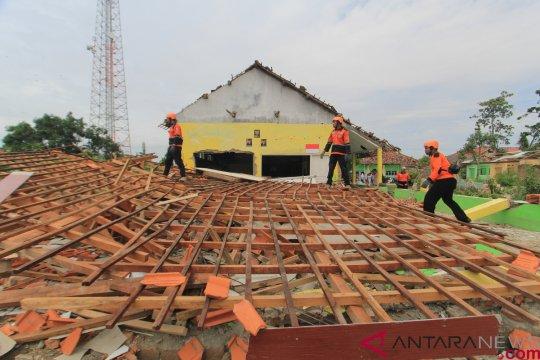 Warga sebut puting-beliung Cirebon sangat mengerikan