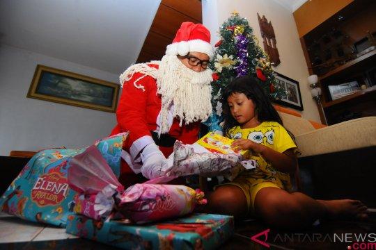 Sinterklas Bagikan Kado Natal