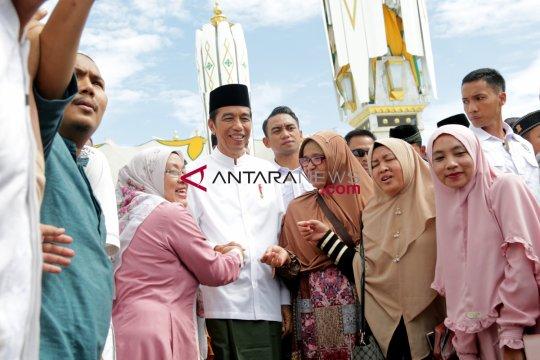 Ratusan ibu pengajian antusias sambut kedatangan Jokowi di Pekanbaru