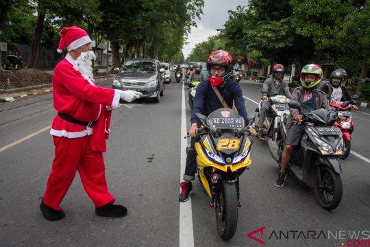 Polisi lalu-lintas di Maluku Tenggara Barat berkostum Sinterklas