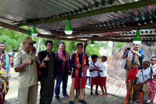 Nyala lampu tenaga surya untuk warga Nule