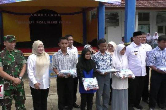Ribuan seragam sekolah untuk warga korban tsunami
