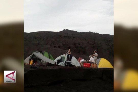 Viral foto WNA berkemah di gunung Anak Krakatau