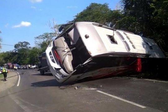 Bus Mira jurusan Surabaya-Yogyakarta terbakar di Caruban
