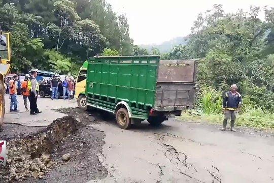 Jalan penghubung 3 kabupaten di Jateng ambles