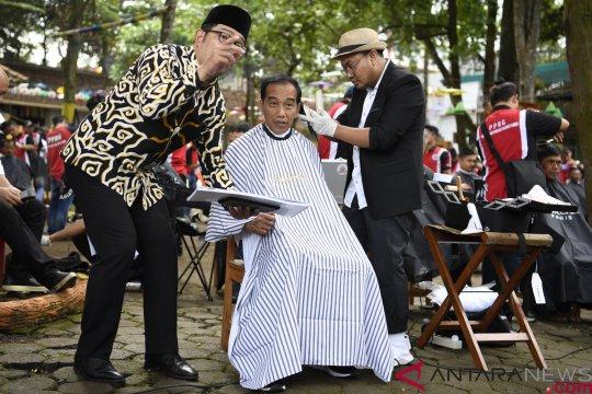 Presiden ikuti potong rambut massal
