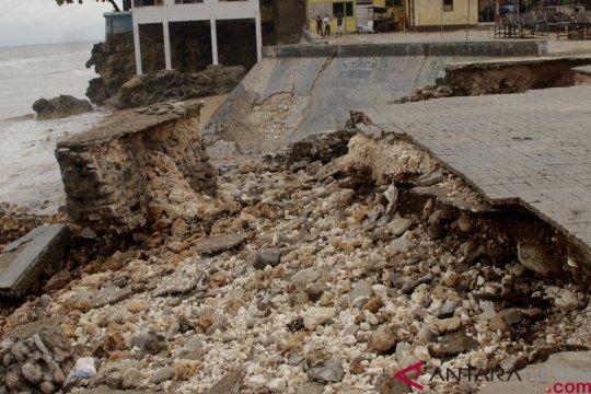 Kawasan pesisir pantai Kupang-NTT dibersihkan ribuan warga