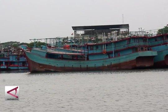 Cuaca buruk, nelayan perbaiki kapal