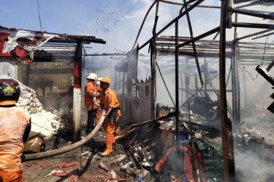Kebakaran di Pasar Eviles hanguskan 16 kios