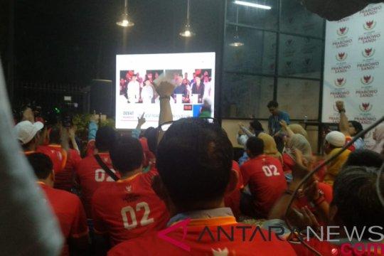 Relawan Prabowo-Sandiaga gunakan baju merah nobar Debat Capres
