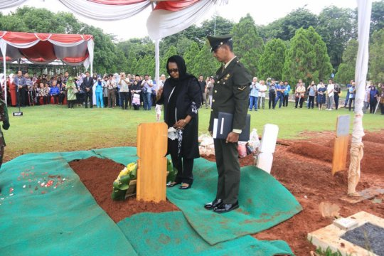 Yohana Yembise pimpin pemakaman Sulasikin Murpratomo