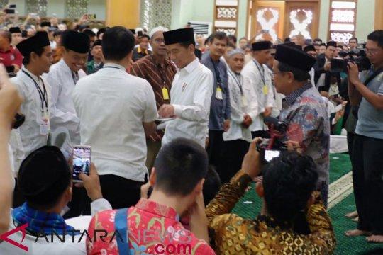 Presiden serahkan 204 sertifikat tanah wakaf di Bekasi