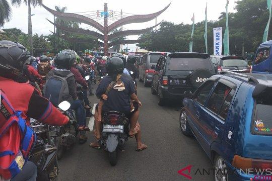 Arus lalu lintas menuju TMII padat