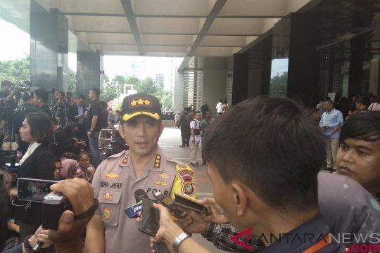 Polisi batasi massa menuju lobi Hotel Bidakara