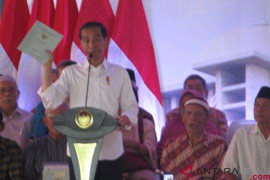 Jokowi bilang pembagian sertifikat tanah jalan terus meski disebut tak berguna