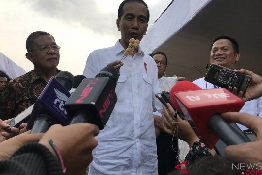 Jokowi borong dagangan ibu-ibu di Gongseng Jakarta Timur