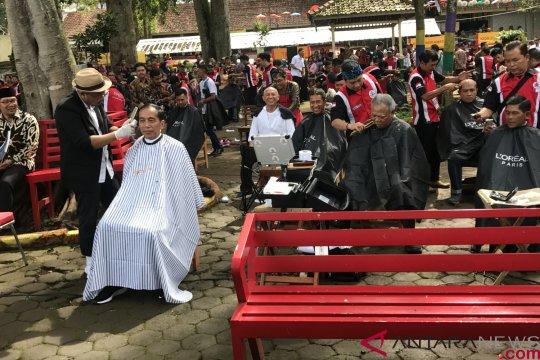 Presiden Jokowi cukur masal bareng pejabatnya di Situ Bagendit