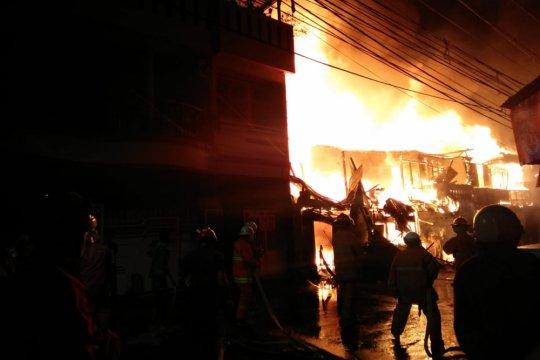 163 petugas padamkan kebakaran di Tomang Utara