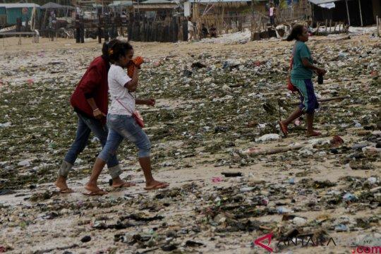 Puluhan ribu kg sampah diangkut dari Pantai Kupang