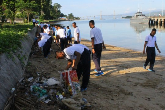 Jasasenatri Ambon bersihkan Pantai Batu Merah