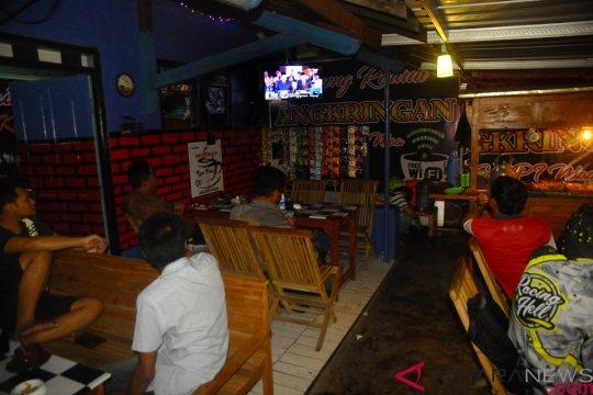 KPU Kalbar nonton bareng debat capres di warung kopi