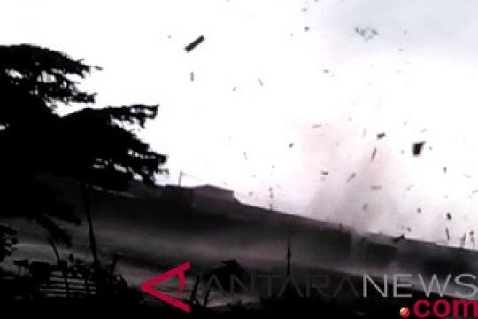 15 orang luka akibat puting beliung di Kabupaten Bandung