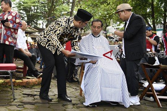 Jokowi unggah vlog potong rambut, ingin model anak muda