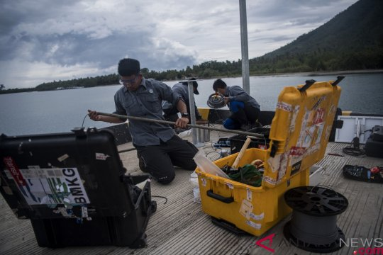 Pemasangan alat pengukur ketinggian air di Pulau Sebesi