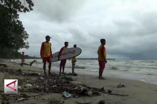 Sepi, balawista tetap berjaga di Pantai Carita & Anyer